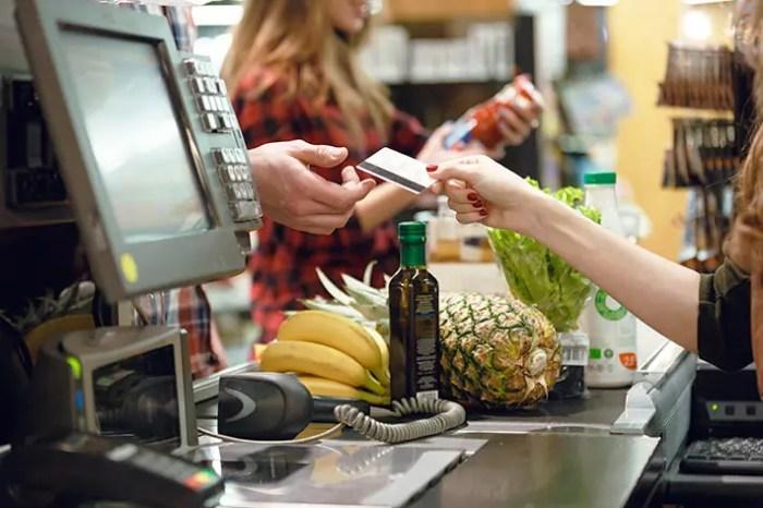 ハワイのスーパー支払いの様子