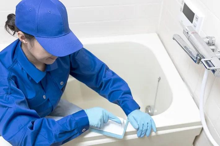 業者が風呂掃除しているところ