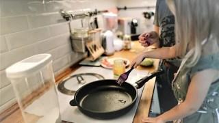 料理する少女