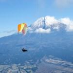 天子上空で富士山をバックに