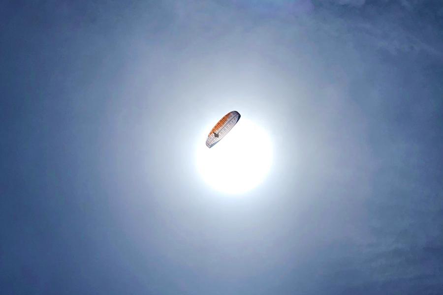 太陽とパラグライダー