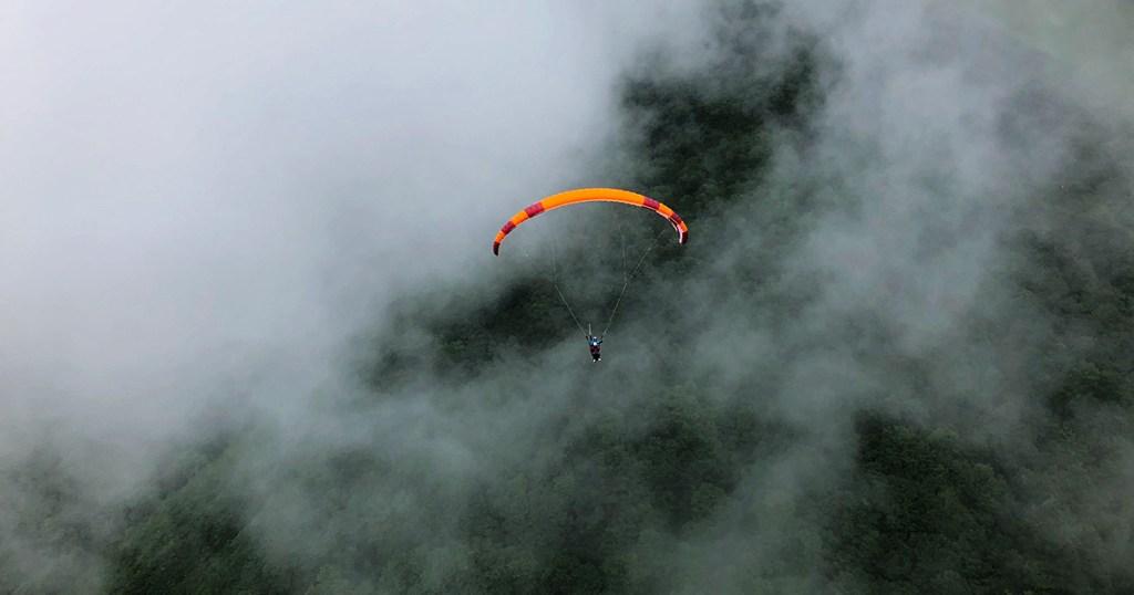 雲とパラグライダー