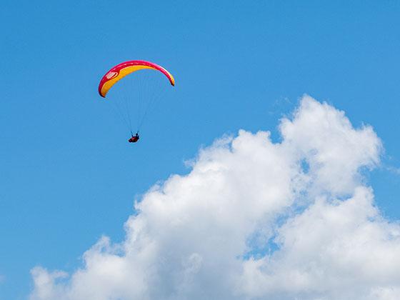 青空と雲とパラグライダー②