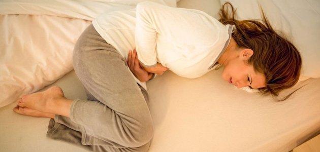 أسباب آلام أسفل البطن لدى النساء .. تعرف على أبرز الأسباب