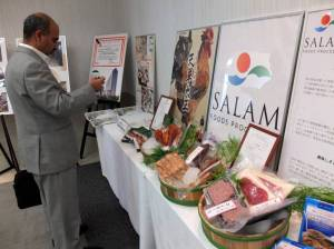 Halal-certified roast chicken, beef and yakitori draw a visitor's attention ahead of a news conference Thursday at the Makuhari Messe convention hall in the city of Chiba on the upcoming Japan Halal Expo 2014. | SATOKO KAWASAKI