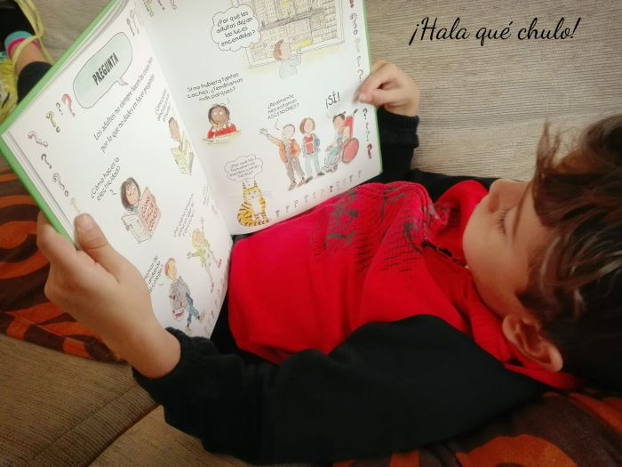 Ángel leyendo El Gran Libro de la Ecología