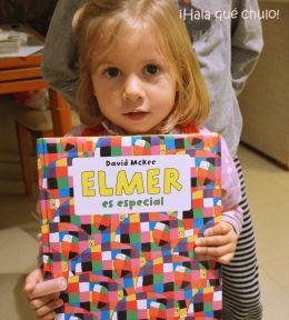 Elsa leyendo Elmer es especial