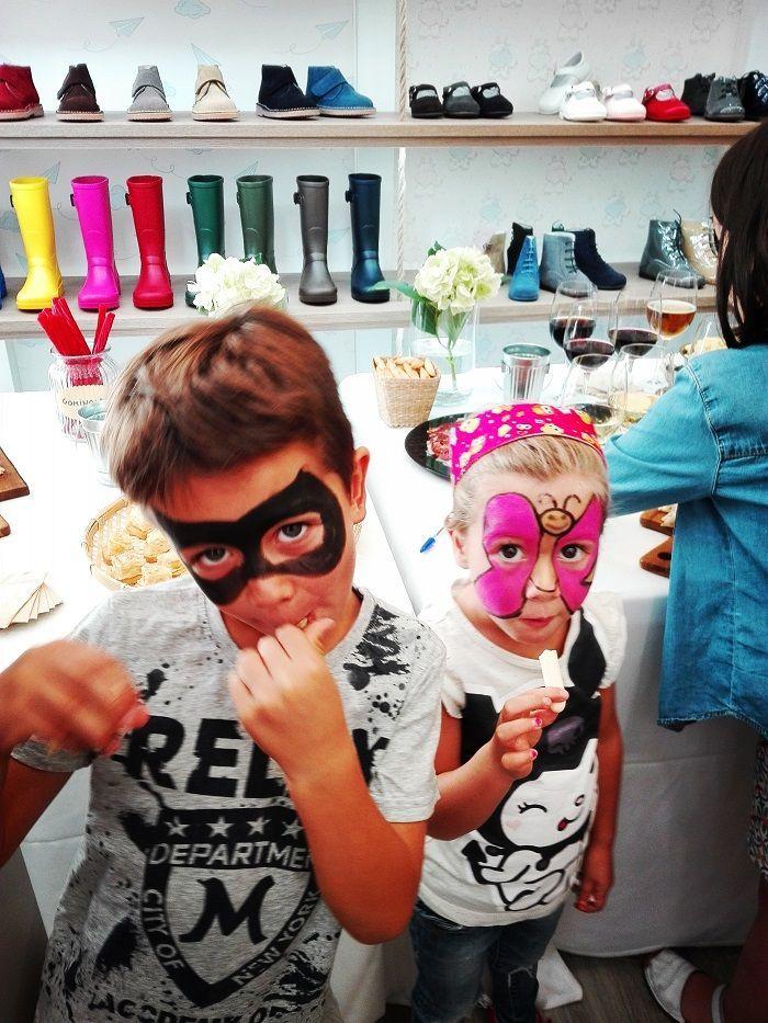 Elsa y Oliver después de haber disfrutado del pintacaras en Pisamonas Valladolid
