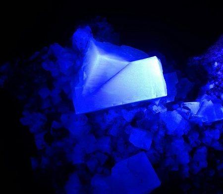Muestra de minerales fluorescentes en la Feria de Minerales