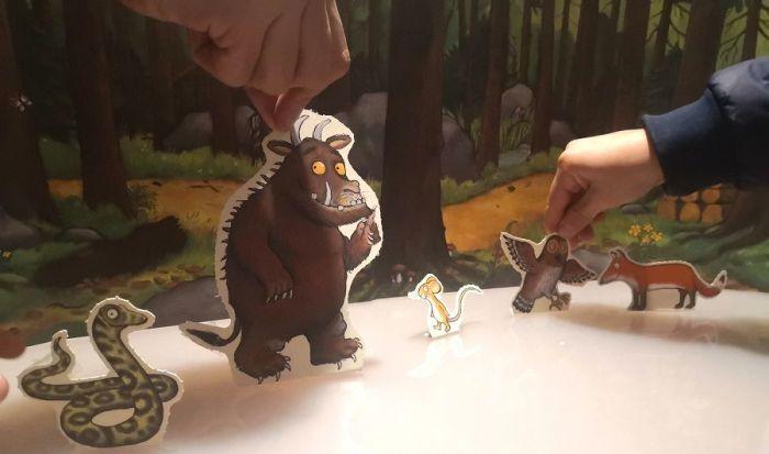 En esta edición especial encontrarás el escenario del bosque y los personajes del cuento troquelados