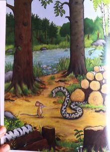 La serpiente charla con el ratoncito marrón