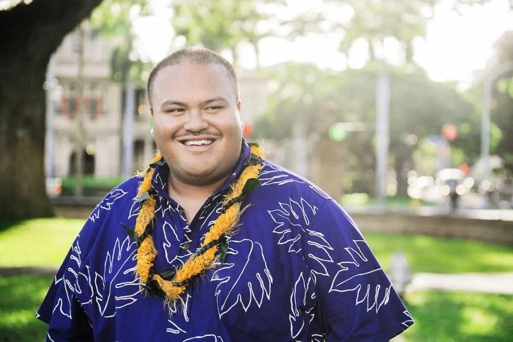Kalani Pe'a in purple Hawaiian shirt and yellow lei