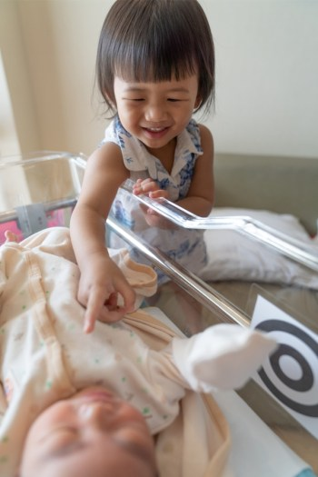 If you have a toddler and you're expecting a new baby, things can get kind of tricky! These tips on how to prepare your toddler for a new baby will make things so much easier.