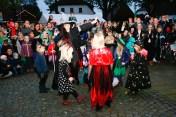 Halloween Hexen und Zombies tanzen vor der Tanzschule Aufführung