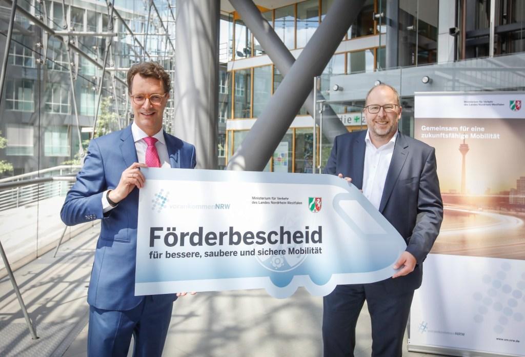 Verkehrsministerium des Landes Nordrhein-Westfalen übergibt Förderbescheid an Gelsen-Log. (v.l.n.r. Verkehrsminister Hendrik Wüst, Geschäftsführer Bernd Mensing)