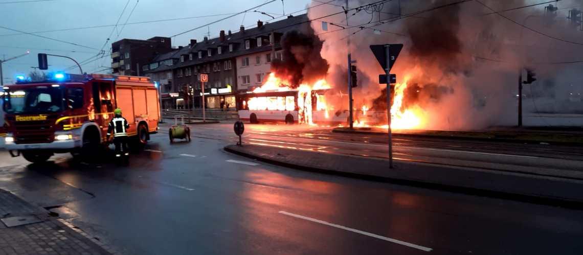 Aus bisher ungeklärter Ursache geriet am Donnerstagabend ein Linienbus der Bogestra in Gelsenkirchen-Horst in Brand. Als die Einsatzkräfte um kurz nach 18 Uhr an der Einsatzstelle im Zentrum von Horst eintrafen, stand der Gelenkbus in Vollbrand. Der Busfahrer hatte das Fahrzeug bereits unverletzt verlassen. Fahrgäste befanden sich nicht mehr an Bord. Mit einem massiven Löschangriff konnten die Feuerwehrmänner den Brand unter Kontrolle bringen. Erschwert wurden die Löschmaßnahmen zunächst durch in diesem Bereich verlaufenden Oberleitungen der Straßenbahn. Erst nachdem diese stromlos geschaltet waren, konnte mit der Brandbekämpfung begonnen werden. Die Nachlösch- und Aufräumarbeiten zogen sich noch bis in den späteren Donnerstagabend. Rund um das Zentrum von Horst kam es zu massiven Verkehrsbehinderungen. Wie es zum Brand kommen konnte, ermittelt die Polizei Gelsenkirchen.