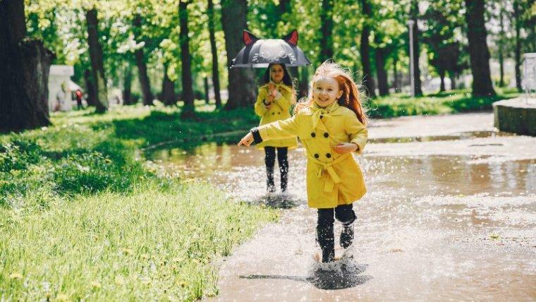 Jangan Panik! Ini Cara Gampang Menjaga Kesehatan Anak di Musim Hujan