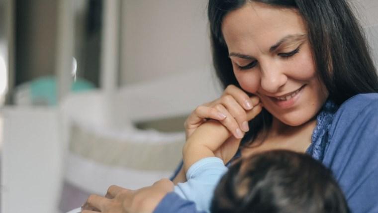 Moms Harus Tahu, Ini Cara Menyusui Bayi Posisi Tidur yang Benar