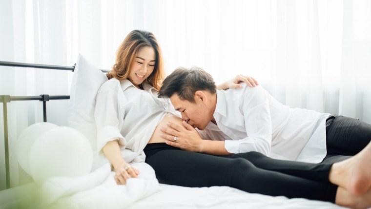 4 Posisi Hubungan Hamil 8 Bulan yang Aman dan Nyaman