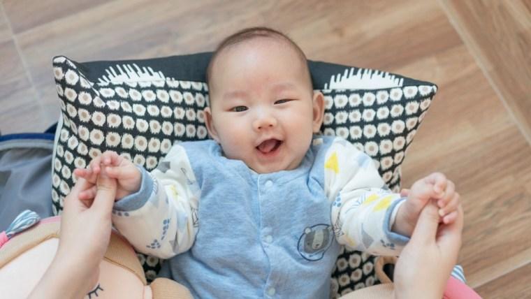 Perkembangan Bayi 8 Bulan, Si Kecil Semakin Aktif Bermain
