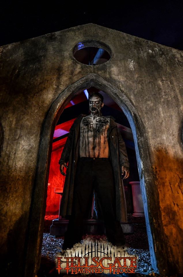 HellsGate Haunted House Archway Scene
