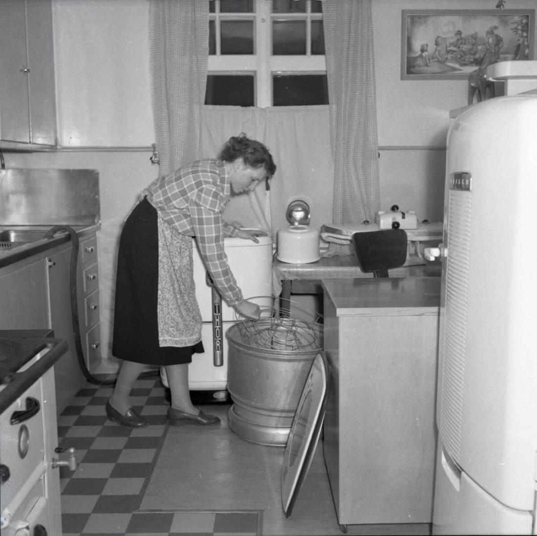 Kvinna använder köksmaskin