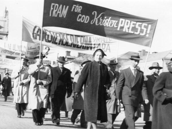 """Demonstrationståg i Hudiksvall. På plakaten står """"Fram för god kristen press!"""""""