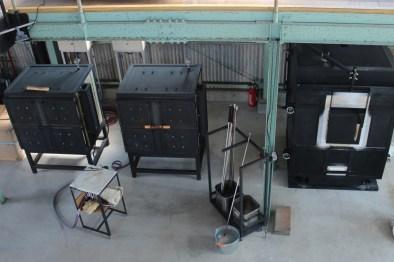 徐冷炉(左の2基)と溶解炉(右)