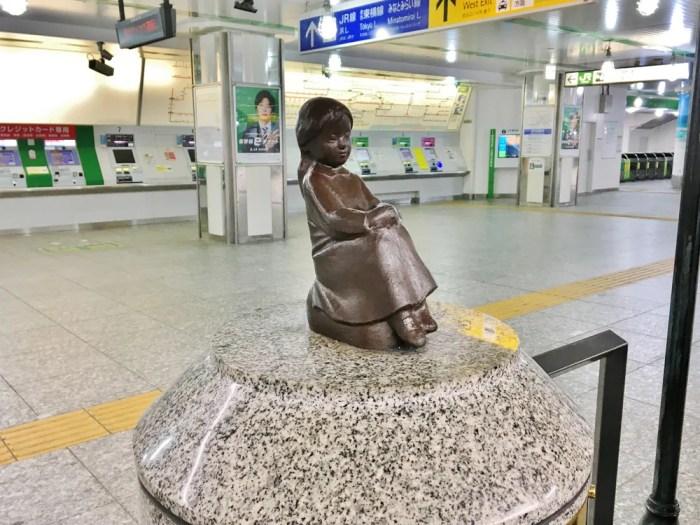 赤い靴はいてた女の子像(横浜駅)