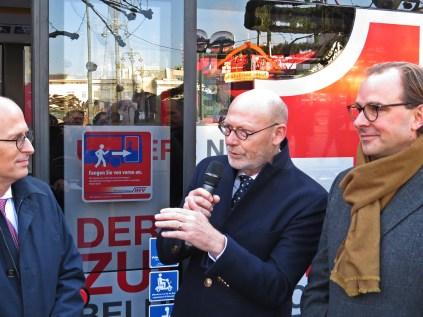 Wirtschaftssenator Michael Westahgemann erläutert Bürgermeister Dr. Peter Tschentscher und Hochbahn-Vorstand Henrik Falk die wirtschaftlichen Vorteile der neuen eCitaro