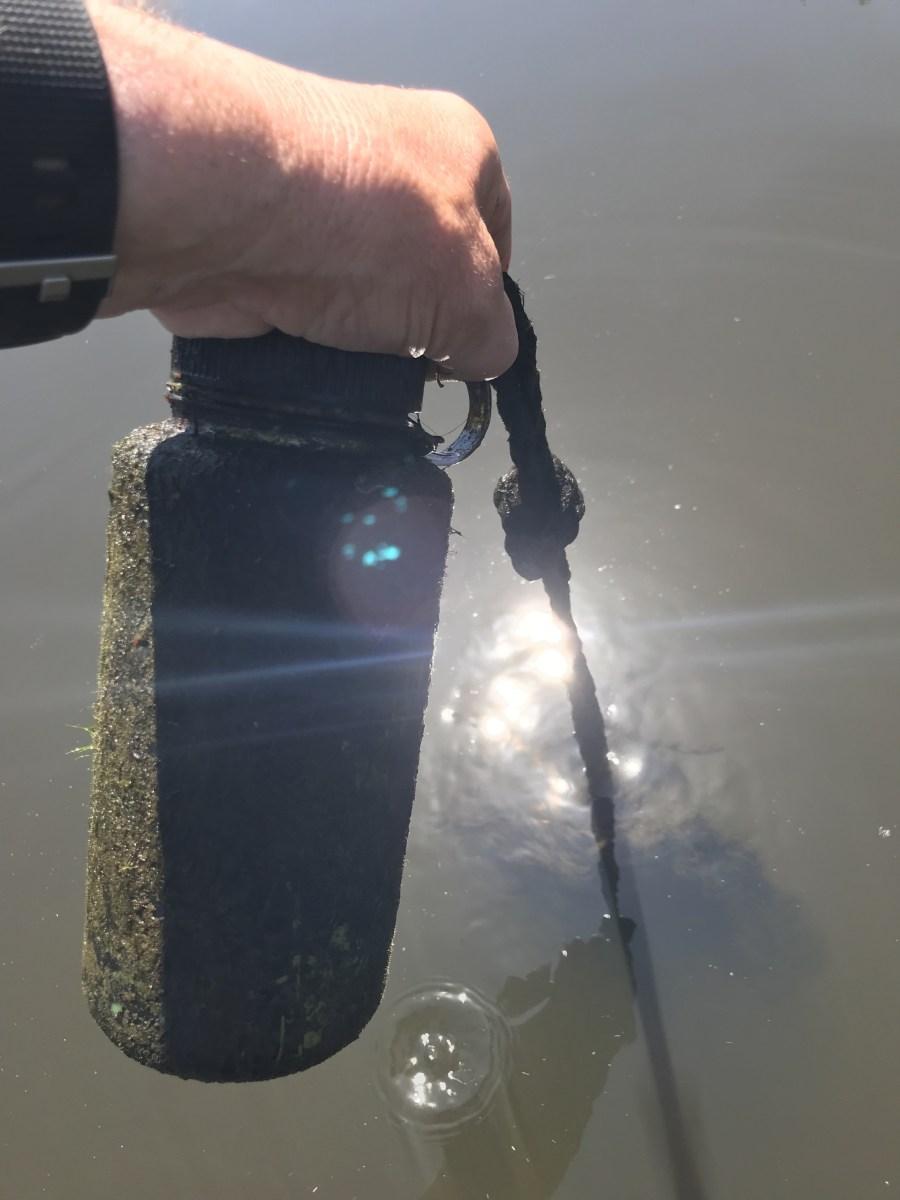 unter Wasser an einer Leine mit einem Stein beschwert