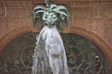 Hamburger Rathaus - Brunnen im Innenhof
