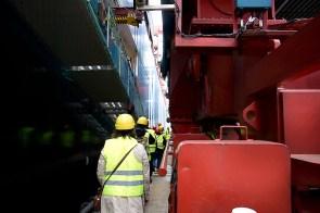 Gänsemarsch zwischen Bordwand und Containerbrücke