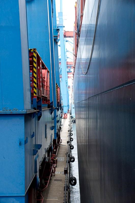 Zwischen Bordwand und Containerbrücke