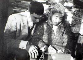 hattat-mhalim-ozyazici-hoca-nuri-yuceye-ders-verirken-mart-1964