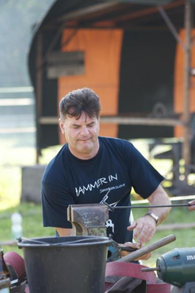 Der Wendelsteiner Bürgermeister schmiedet einen Nagel für den Nagelbaum (3)
