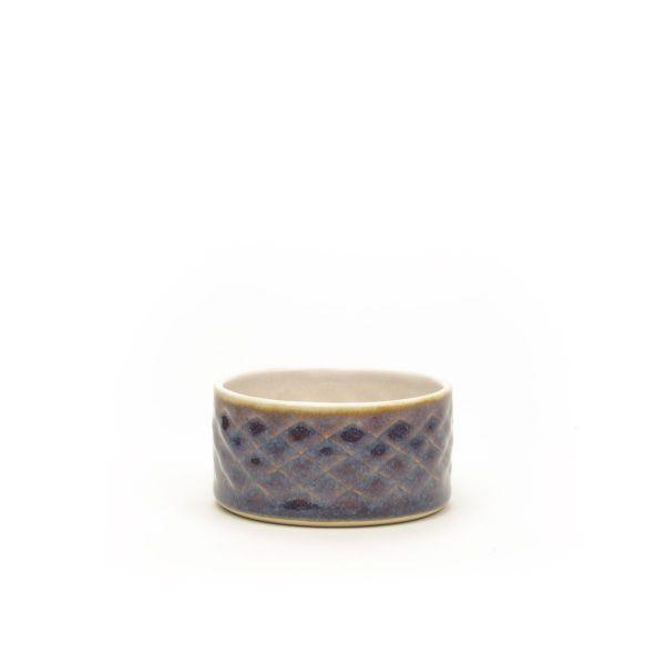Lækker blå skål i stentøj til oliven,, marmelade eller sødt i hånddrejet og -præget stentøj fra Hampen Keramik