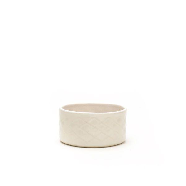 Lækker hvid skål i keramik til oliven eller sødt med håndpræget relief i stentøj fra Hampen Keramik