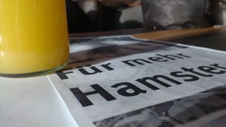 Auf einem Tisch neben dem Orangensaft … Seht ihr?