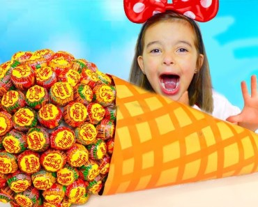 COMI UM DOCE GIGANTE | Funny Baby Eating Giant Candy! Johny Johny yes papa Song Nursery Rhymes Song - comi um doce gigante funny baby eating giant candy johny johny yes papa song nursery rhymes song