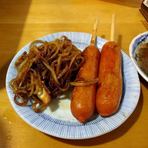 朝からなぜか「夕食は串つきフランクと焼きそば」という気分だったので奥さんに直訴。無事ありつけました。(^^;) 鉄板を囲んで家族でパーティーです。