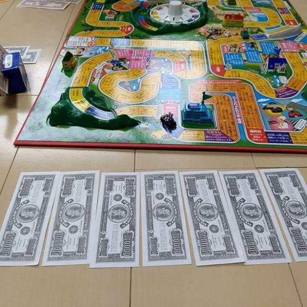 """人生ゲームで坊主の挑戦を受ける。""""Life is Gamble."""" で賞金上限額の$500,000. を大当てするも、コツコツ派の坊主に最後は逆転負け。ホント人生の縮図です。"""