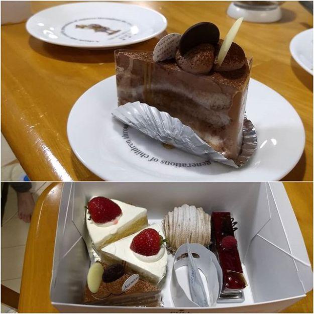 特別なことがあった訳じゃないけど第二弾。とーちゃん(自分が食べたくて)ケーキ買ってきたよ、見栄えと名前の語呂の良さ重視で。😎 #チコちゃん 風に言えば全部 #ショートケーキ だよ。みんなで食べようぜー! 話は変わりますが、うちの子供たちが小さい頃、ケーキの周りのラップみたいな保護シート? が何だか分からずそのまま食べようとしてました。お母さんの手作りケーキしか食べたことが無くて。