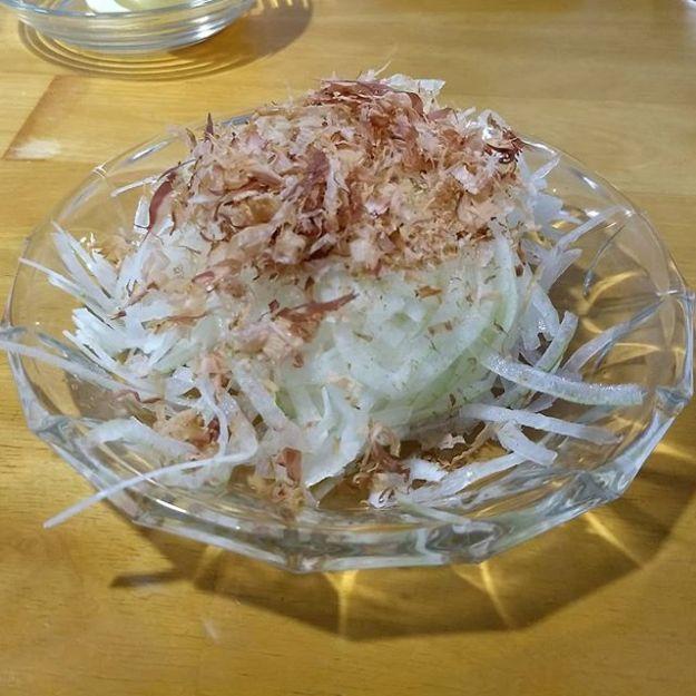 STRAIGHT OUTTA IWAMIZAWA !  岩見沢在住の心の友からの今年の作品の差し入れを頂きました! 私が思うに玉葱のいちばん美味しい食べ方は「たまスラ」なので、毎晩コレで行くっす! 収穫の秋ド真ん中ですね!