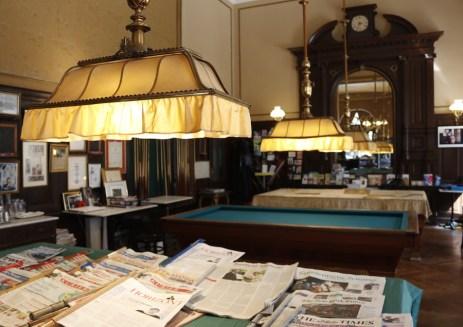 ビリヤード台に新聞が並ぶ