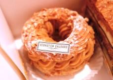 Paris- Brest。これもフランス の伝統菓子。ナッツが乗っていて、間にはヘーゼルナッツのクリーム