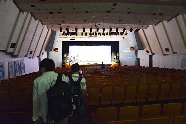 会場は普通のホール。広い