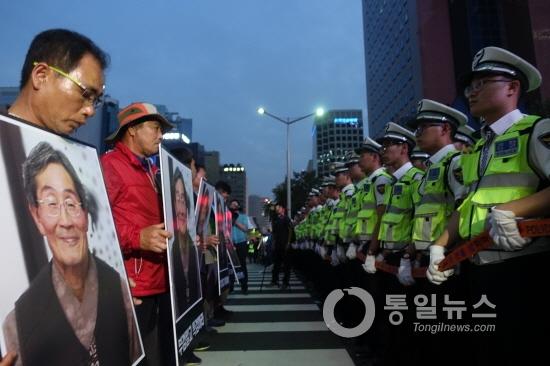 警察の強硬対応により現場での追悼は阻止された