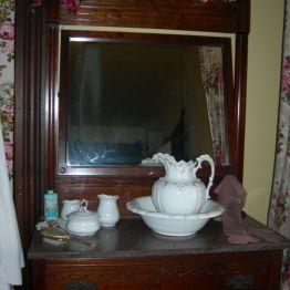 dresser, Olive's rm