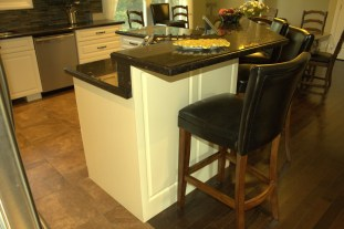 This raised portion of island countertop is great for eating, entertaining, or service, as shown above with the hors d'oeuvres.